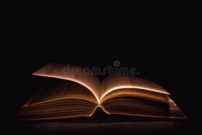 Altes geöffnetes Buch stockbilder