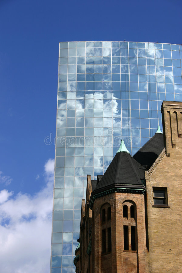 Altes Gebäude beyong moder Gebäude stockfotos