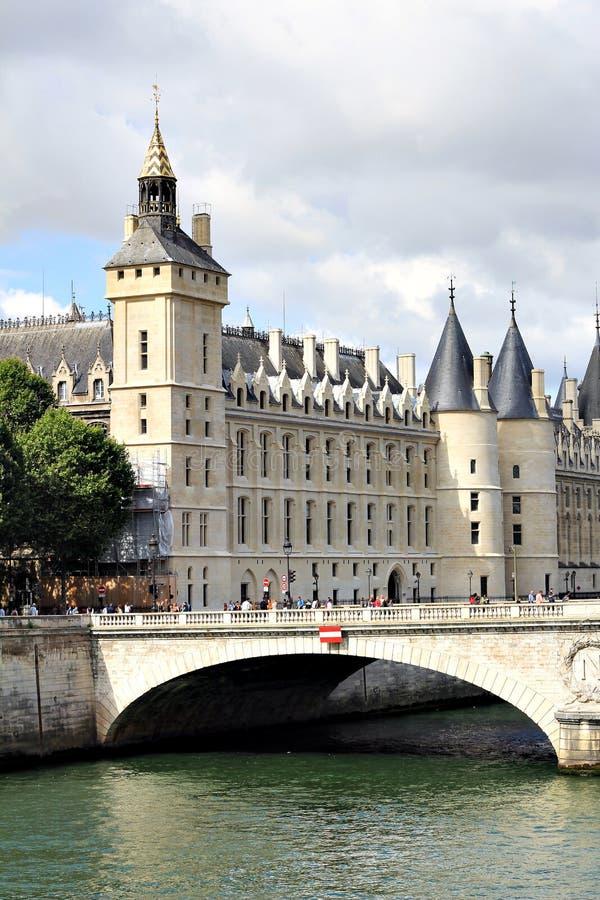 Altes Gebäude in Paris lizenzfreies stockbild
