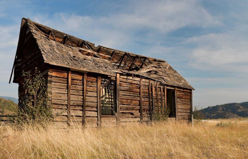 Altes gebrochenes hölzernes Haus lizenzfreie stockbilder