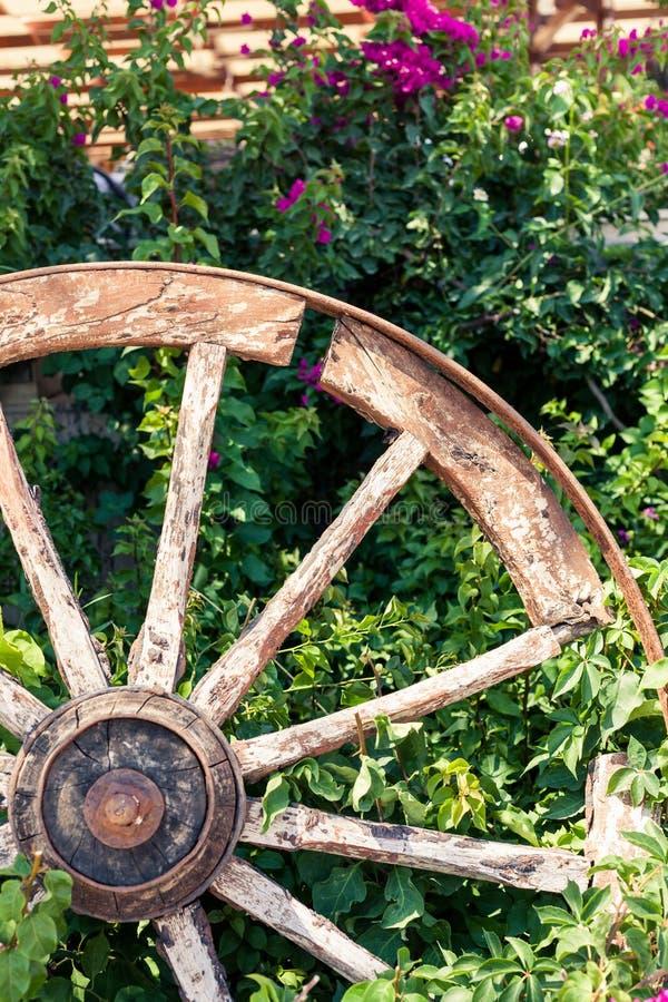 Altes gebrochenes Lastwagenrad stockfotografie