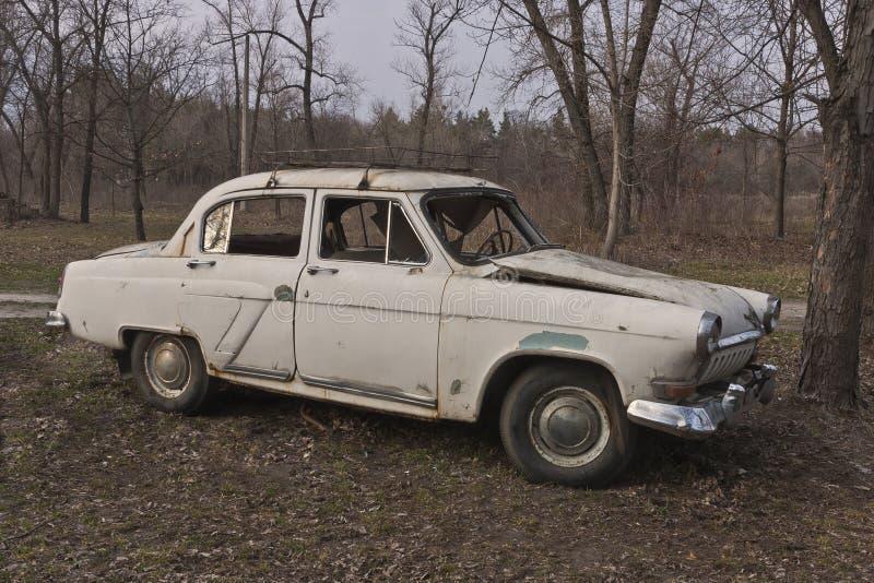 Altes gebrochenes sowjetisches Auto stockbild