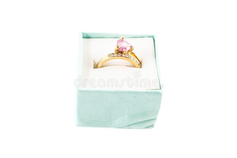 Altes gefälschtes Goldkarminroter Ring im weißen Hintergrund stockfoto