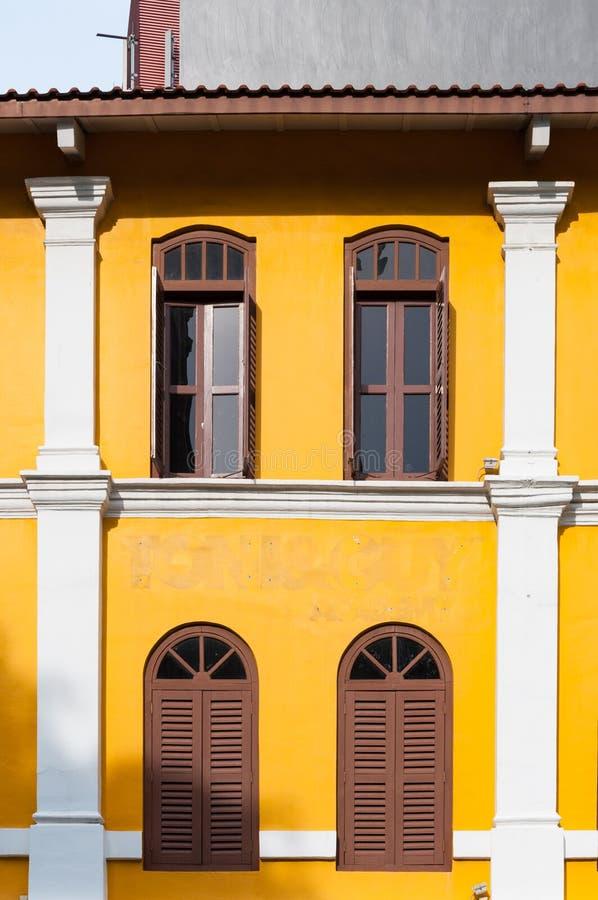 Braune Kunststofffenster altes gelbes gebäude und braune fenster stockfoto bild antike