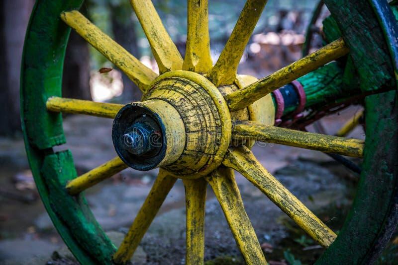 Altes gelbes hölzernes Rad des Lastwagens stockfotos