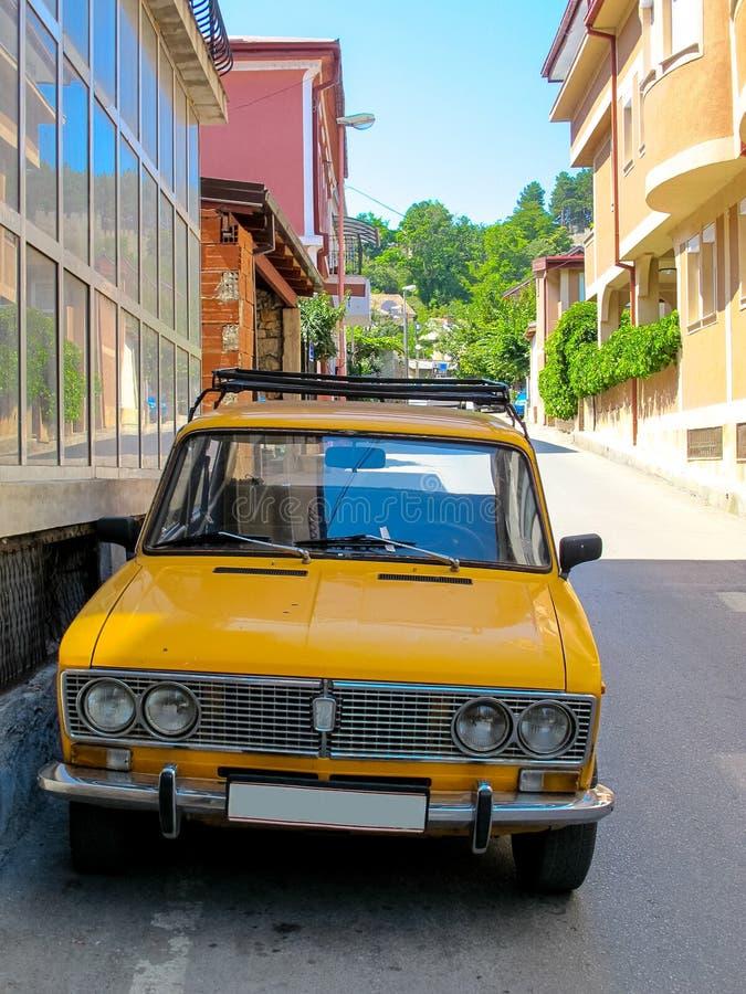 Altes gelbes Sowjet-LadaParkplatz auf mazedonischer Straße stockfotos