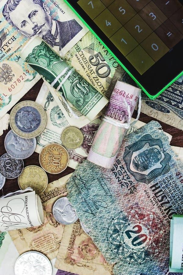 Altes Geld und Taschenrechner stockfoto