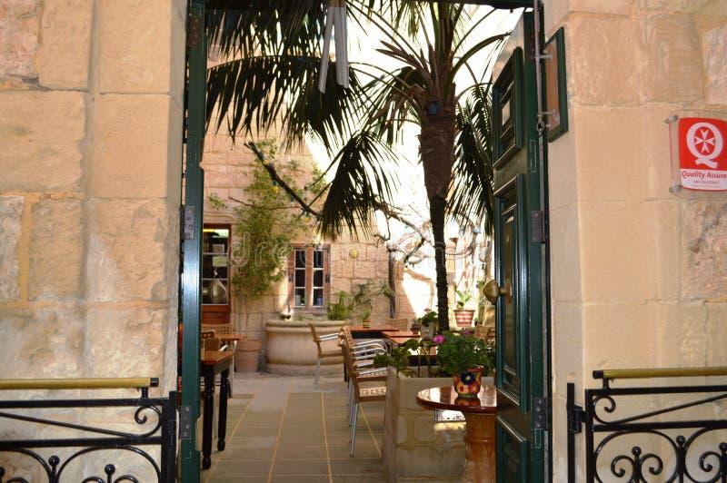 Altes gemütliches Café in Malta, Mdina lizenzfreie stockfotos