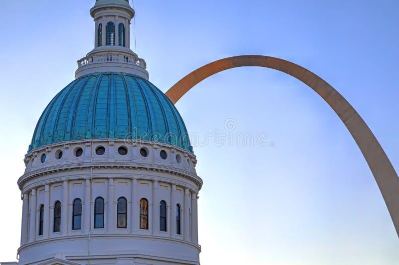 Altes Gericht und der Zugangs-Bogen in St. Louis stockfotografie