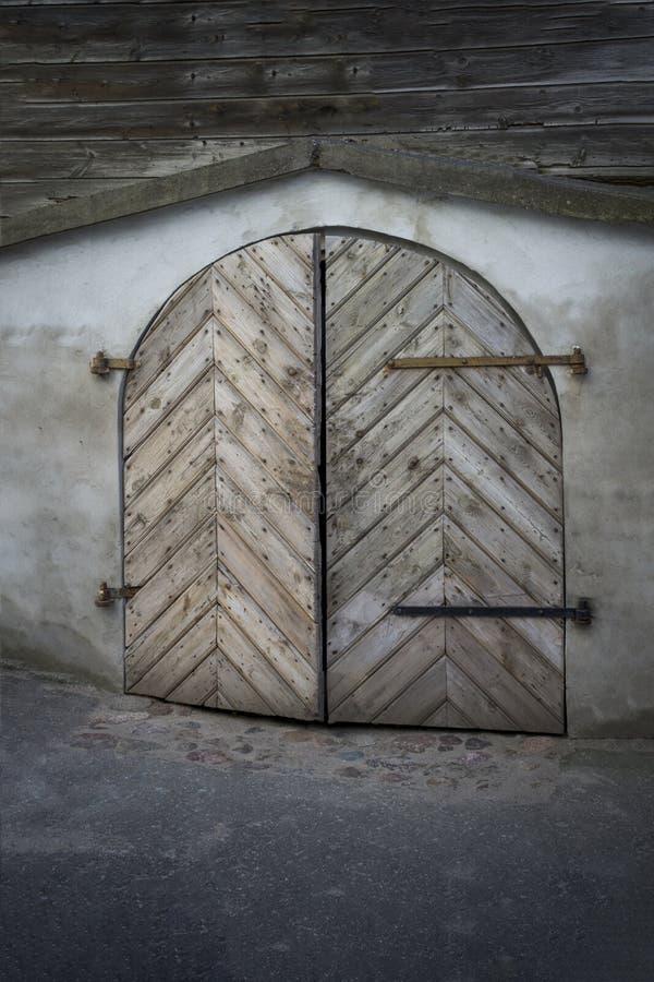 Altes gerundetes hölzernes Tor hergestellt von den Brettern lizenzfreie stockfotografie