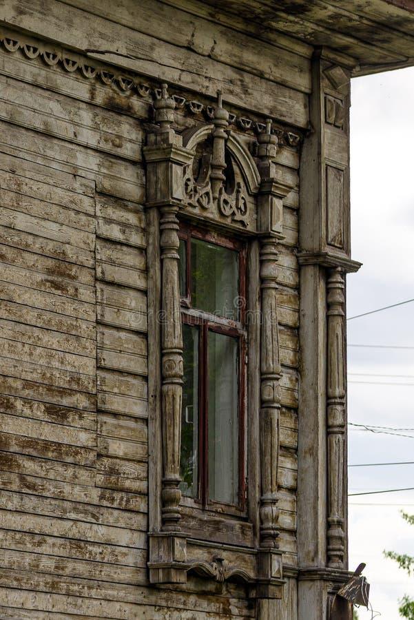 Altes geschnitztes hölzernes Fenster stockfotos
