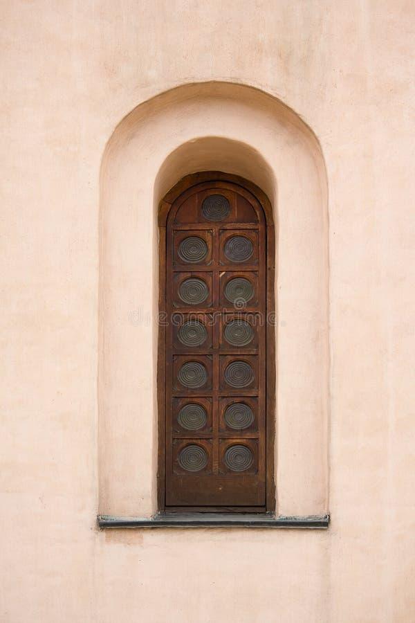 Altes gewölbtes Fenster in der Kirche lizenzfreies stockbild