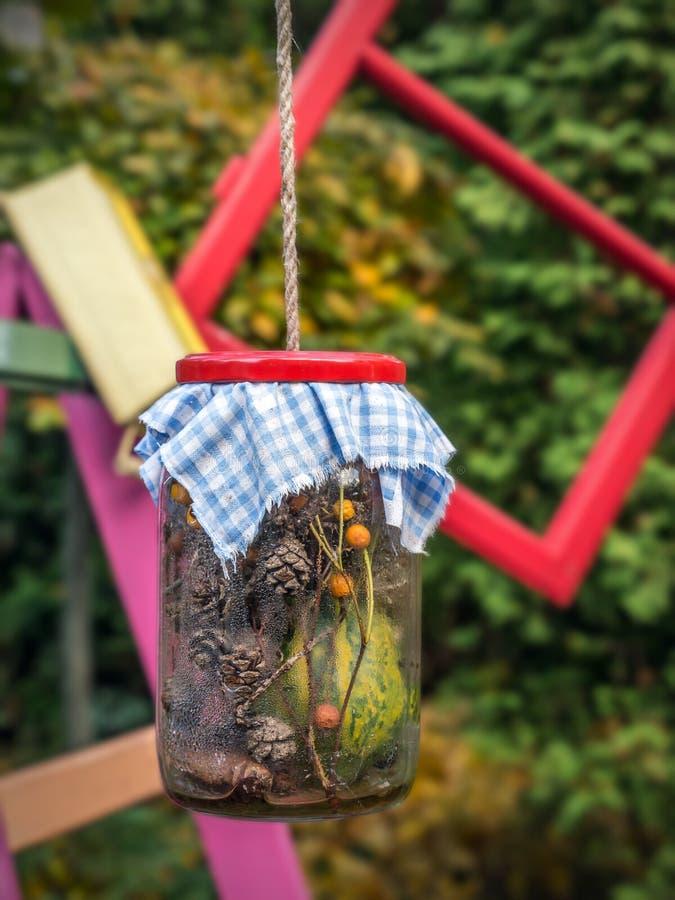 Altes Glas mit organischen Dekorationen lizenzfreie stockbilder