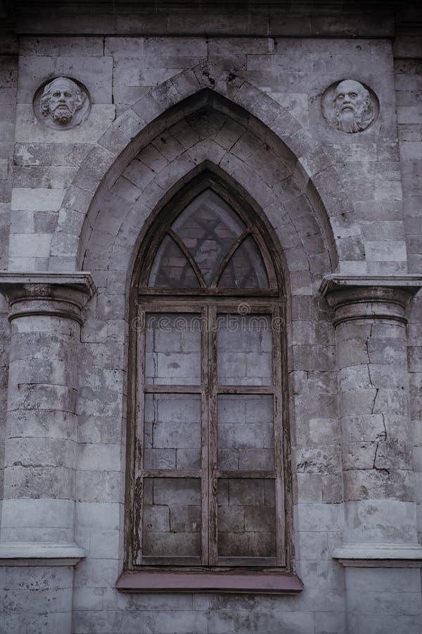 Altes gotisches Lanzettenfenster lizenzfreie stockfotos
