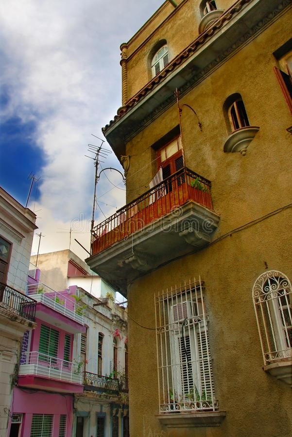 Altes grünes Gebäude der Havana-Stadt lizenzfreie stockfotos