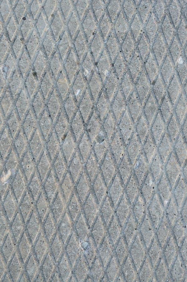 Altes Grau verwitterte konkrete Platte, die Makronahaufnahme des rauen diagonalen Nut-Musters der Schmutzzusammenfassungszementfl lizenzfreies stockbild