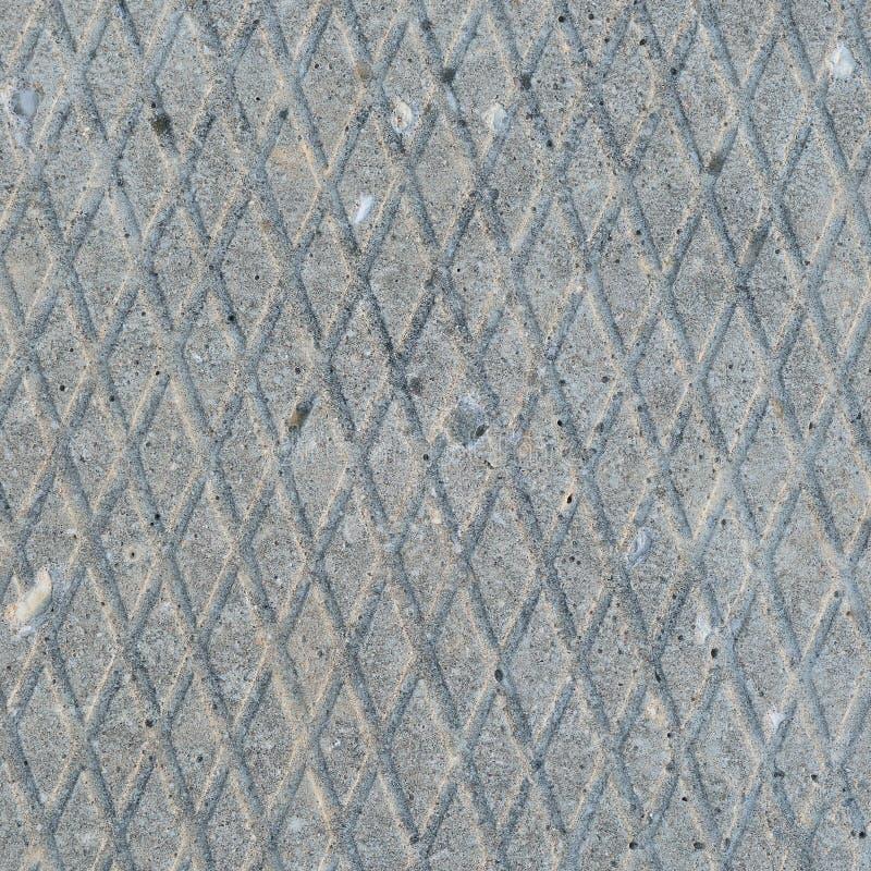 Altes Grau verwitterte konkrete Platte, Makronahaufnahme des rauen diagonalen Nut-Musters der Schmutzzusammenfassungszementfliese lizenzfreie stockfotos