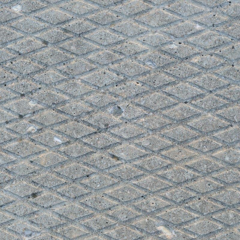 Altes Grau verwitterte konkrete Platte, Makronahaufnahme des rauen diagonalen Nut-Musters der Schmutzzusammenfassungszementfliese lizenzfreies stockbild