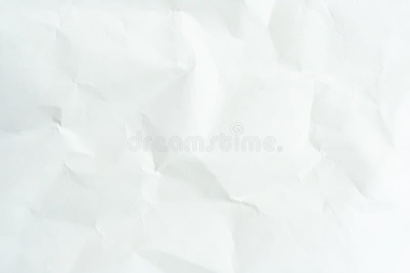 Altes graues eco zerknitterte Zeichenpapierkraftpapier-Hintergrundbeschaffenheit im weichen wei?en helle Farbkonzept f?r Seitenta stockbild