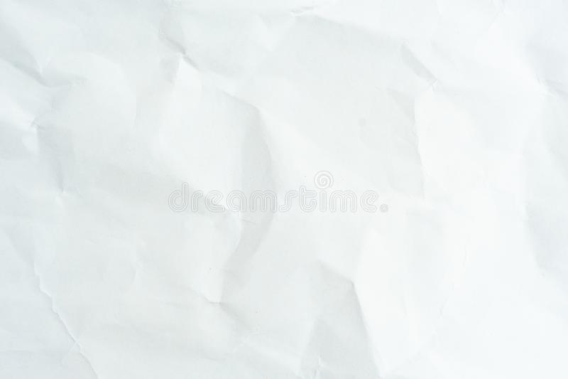 Altes graues eco zerknitterte Zeichenpapierkraftpapier-Hintergrundbeschaffenheit im weichen wei?en helle Farbkonzept f?r Seitenta lizenzfreie stockfotografie