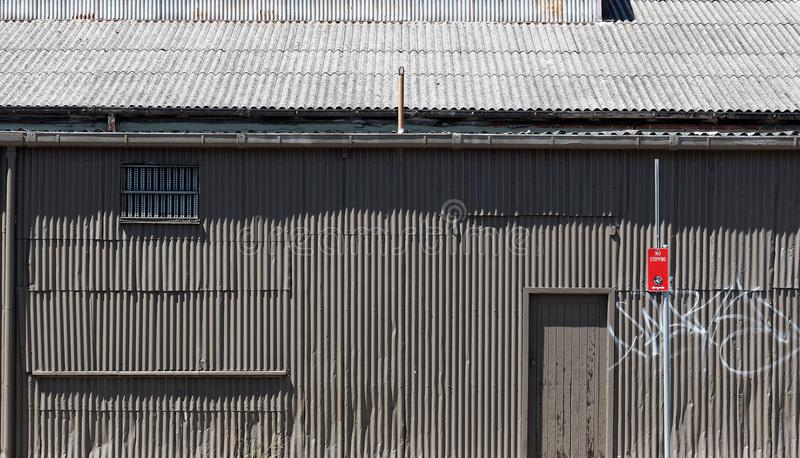Altes Grey Corrugated Iron Building stockfotos