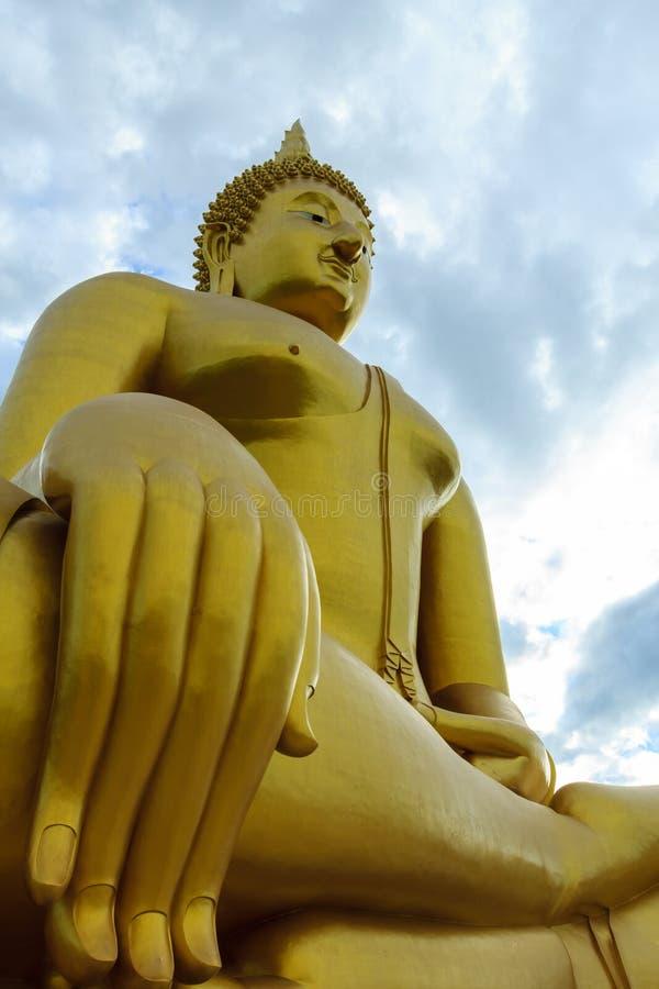 Altes großes Buddha-Bild auf dem Gebiet an Muang-Tempel, Ang Thon stockbilder