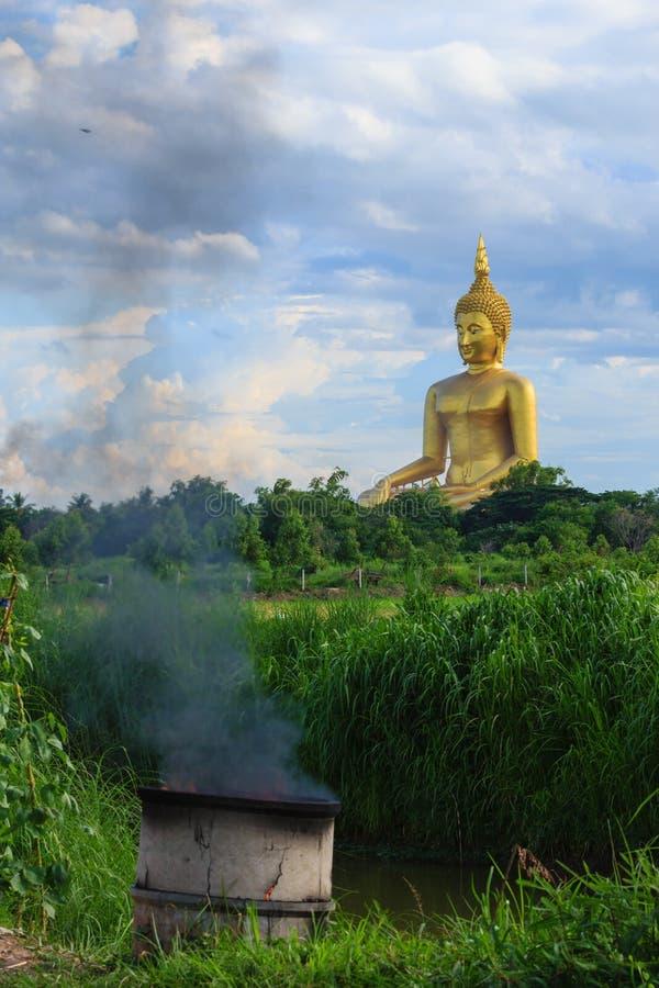 Altes großes Buddha-Bild auf dem Gebiet an Muang-Tempel, Ang Thon lizenzfreie stockbilder