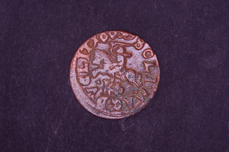 Altes Großherzogtum des Litauen-Münzenschillings auf dem schwarzen Hintergrund lizenzfreie stockbilder