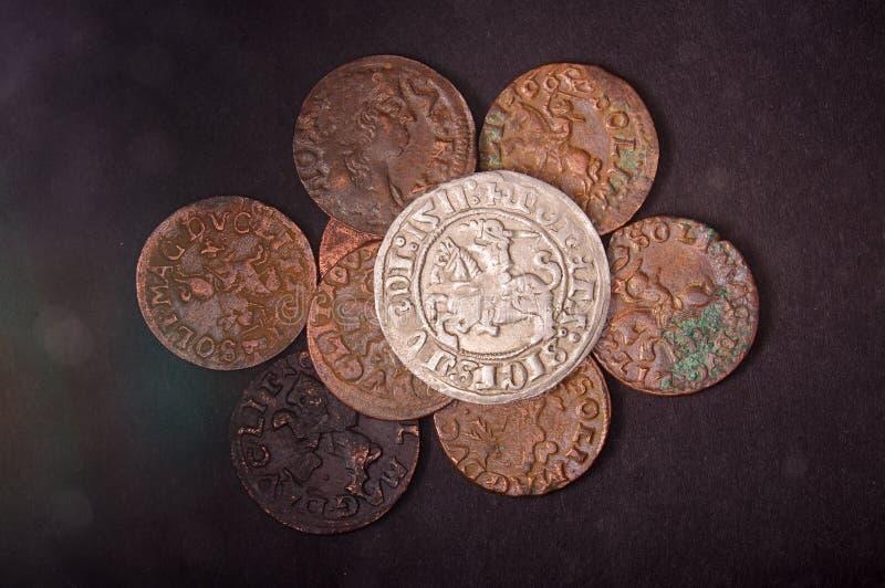 Altes Großherzogtum von Litauen-Münzen auf dem dunklen Hintergrund lizenzfreies stockbild