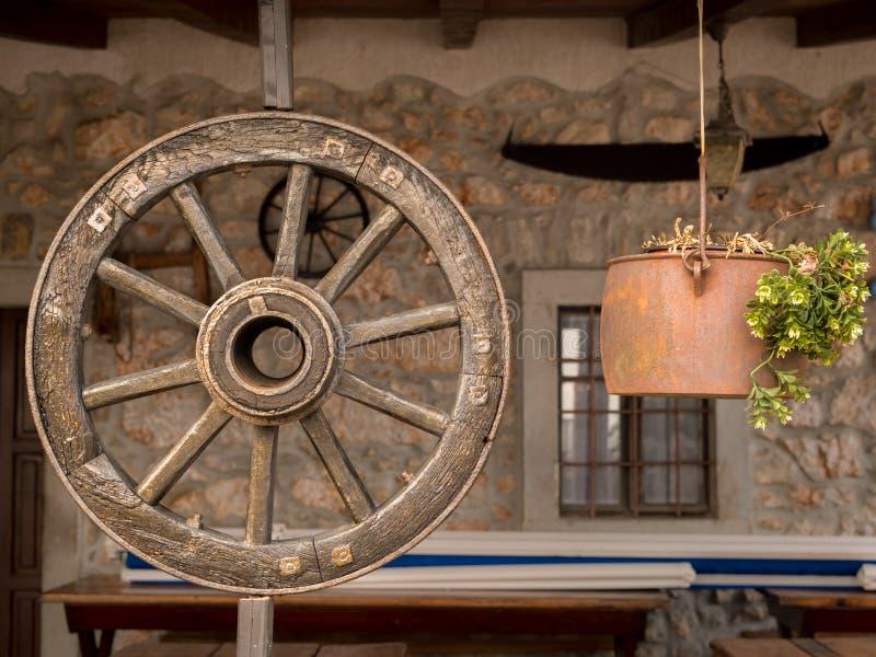Altes hängendes Wagenrad, Dekoration für ein Gasthaus lizenzfreie stockbilder