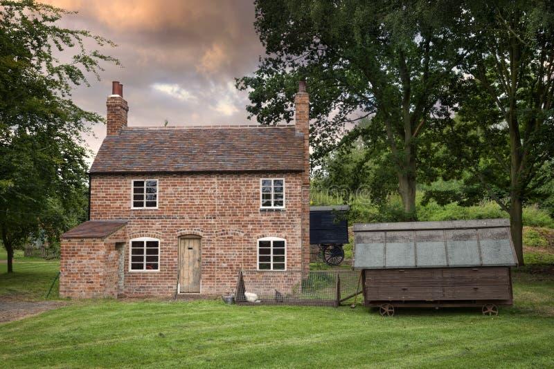 Altes Häuschen und Hühnerhof, England lizenzfreie stockfotos