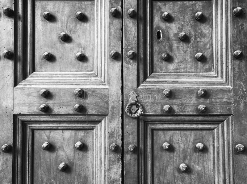 Altes hölzernes ährentragendes Türdetail in Florenz, in Italien u. in x28; Schwarzweiss-- u. x29; stockfotos