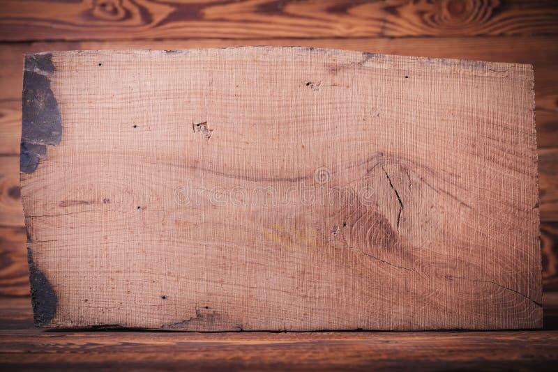Altes hölzernes Brett der leeren Eiche auf Tannenhintergrund lizenzfreies stockbild