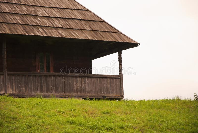 Altes hölzernes Dorfhaus des Teils in den Bergen lizenzfreie stockfotografie