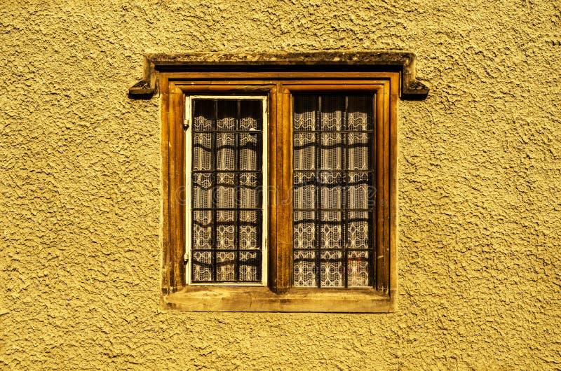 Altes hölzernes Fenster in einem historischen Gebäude, charakteristischer Stein f lizenzfreie stockbilder