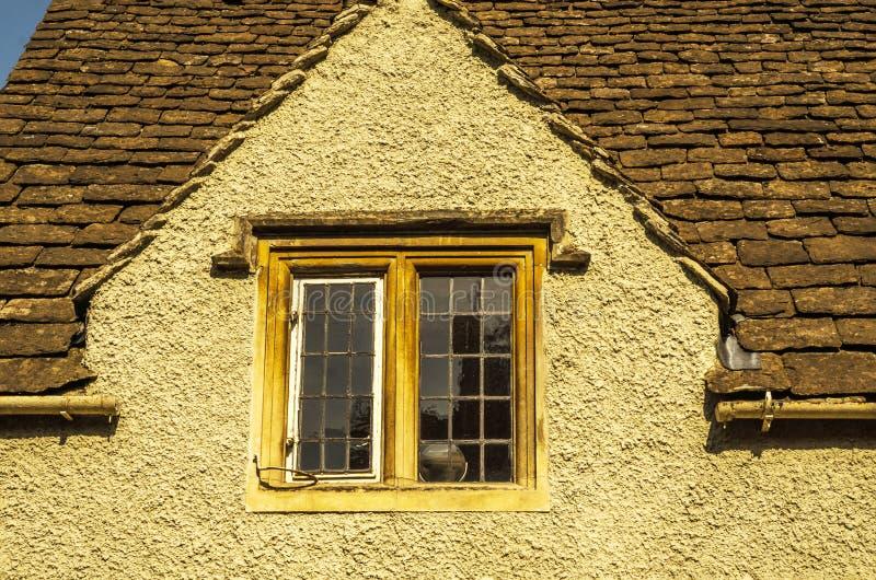 Altes hölzernes Fenster in einem historischen Gebäude, charakteristischer Stein f stockfotografie