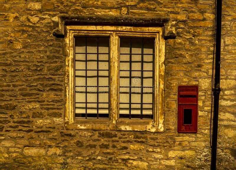 Altes hölzernes Fenster in einem historischen Gebäude, charakteristischer Stein f stockbild