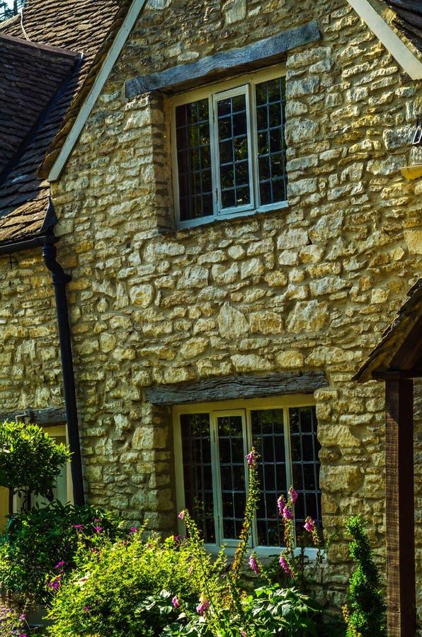 Altes hölzernes Fenster in einem historischen Gebäude, charakteristischer Stein f lizenzfreies stockfoto