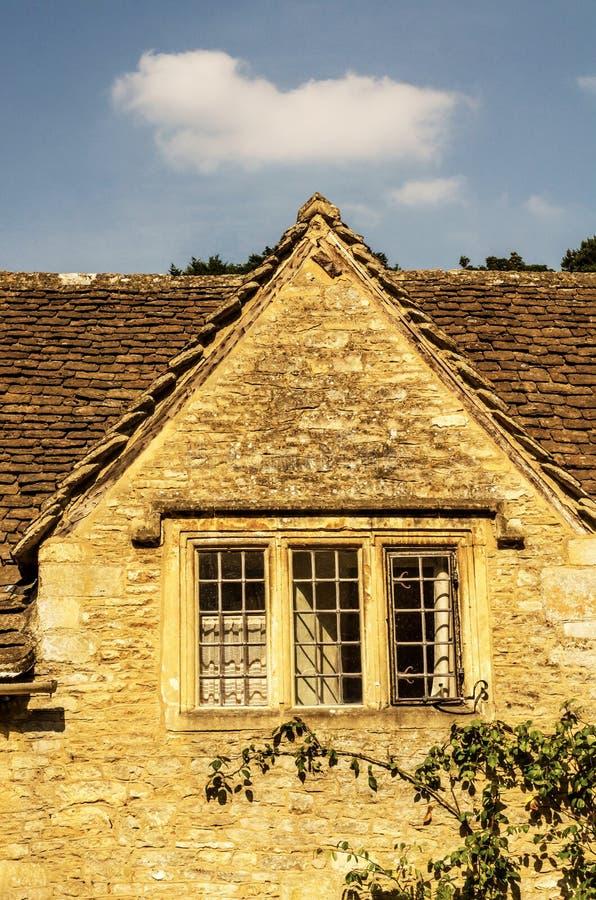 Altes hölzernes Fenster in einem historischen Gebäude, charakteristischer Stein f lizenzfreie stockfotografie