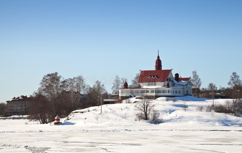 Altes hölzernes Haus auf der Küste des gefrorenen Golfs von FI stockbilder