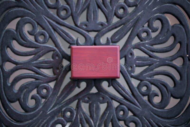 Altes hölzernes Kastenschmuckkästchen geschlossen Kleine Miniaturweinlese für das Halten des Schmucks wie Halskette, Ringe oder O stockbilder