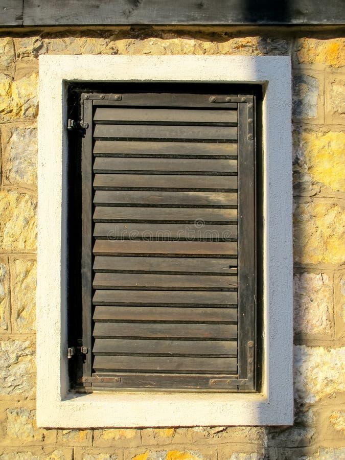 Altes hölzernes Lattenfensterladenfenster lizenzfreie stockbilder
