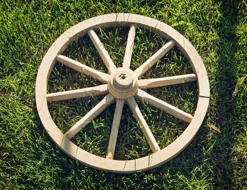 Altes hölzernes Rad auf dem Gras lizenzfreies stockbild