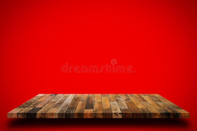 Altes hölzernes Regal auf rotem Wandhintergrund stockbild