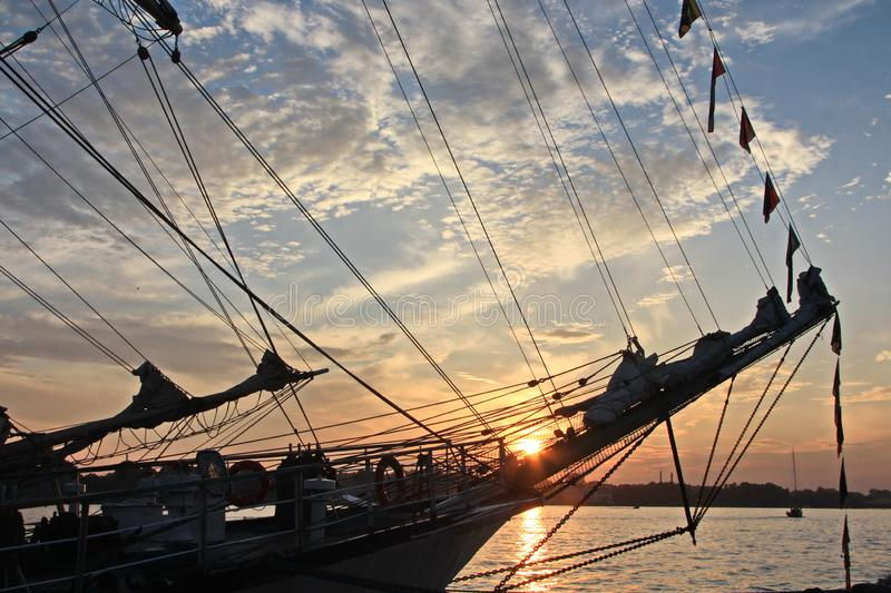 Altes hölzernes Schiff bei Sonnenuntergang stockfoto