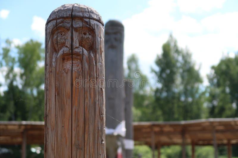 Altes hölzernes slavic heidnisches Idol des Gottes Heidnischer Tempel im Wald lizenzfreie stockfotos