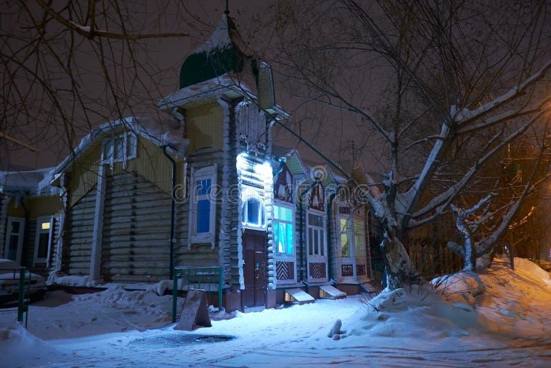 Altes hölzernes Wohnhaus errichtet im Stil russischen modernen auf Gagarin-Straße in Tomsk lizenzfreies stockbild