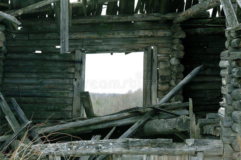 Altes hölzernes zerstörtes Haus stockbilder