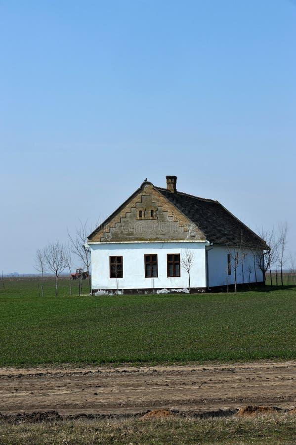 Altes Haus auf dem Weizengebiet stockfotografie
