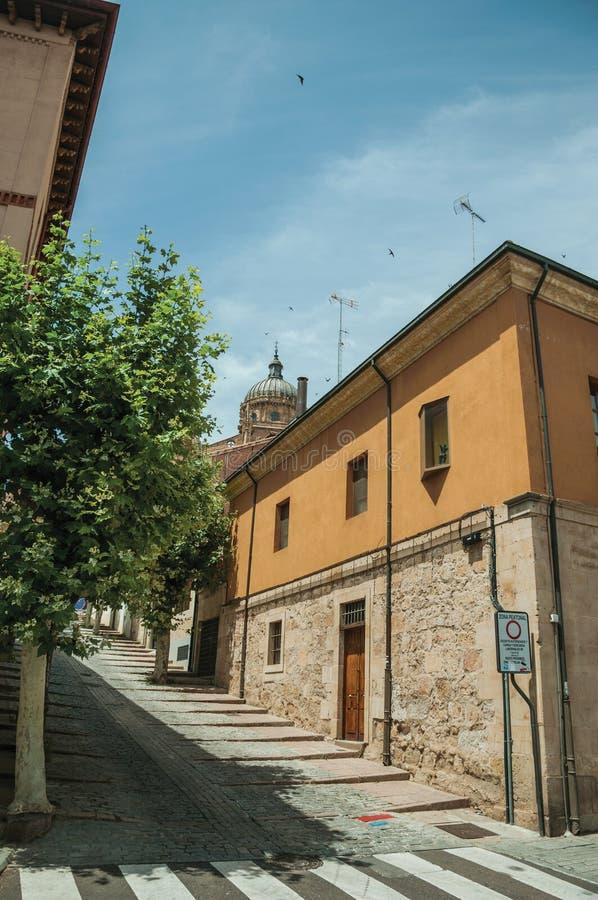Altes Haus auf Ecke der verlassenen Gasse in Salamanca lizenzfreies stockbild